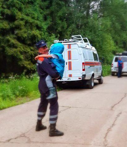 Солнечногорские спасатели вывели из леса женщину с ребёнком