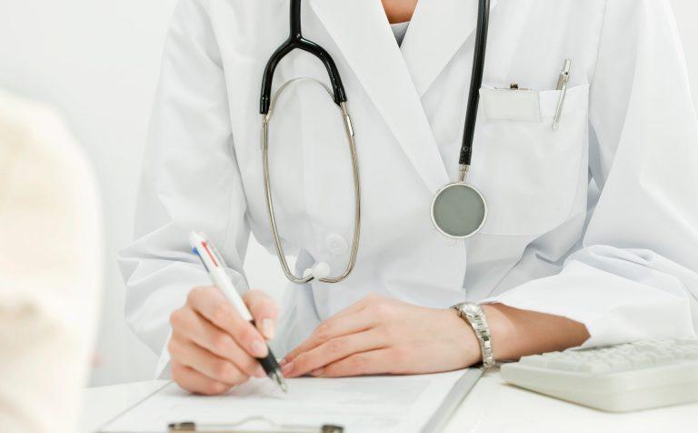 Терапевты и педиатры возвращаются в поликлиники Подмосковья