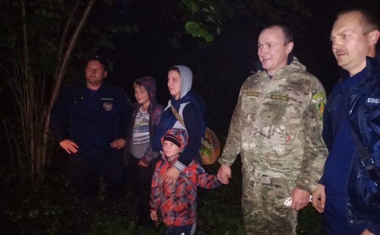 Клинские спасатели нашли в лесу детей