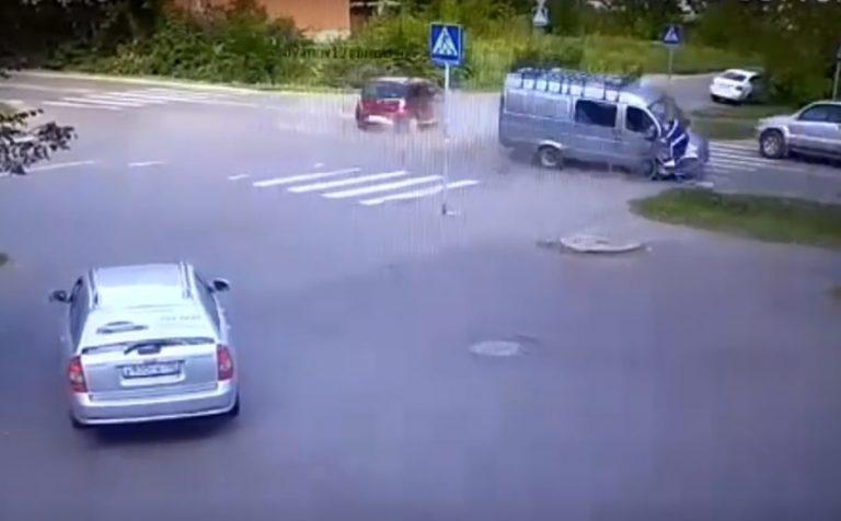 В Подмосковье из-за столкновения «Газель» влетела в велосипедиста (видео)