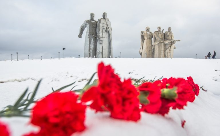 В Волоколамске возложили цветы к могиле героев-панфиловцев