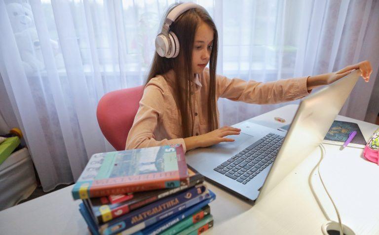 Задание на дом: школьники и студенты требуют дистанционное обучение