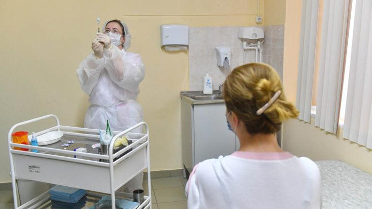 Кольнут каждого: в России началась масштабная вакцинация от коронавируса