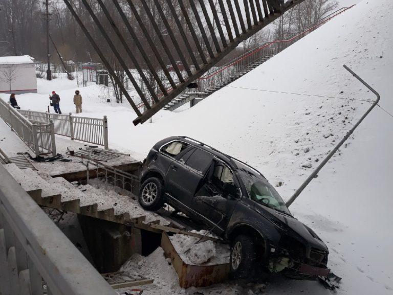 На станции Фроловское с моста упал автомобиль