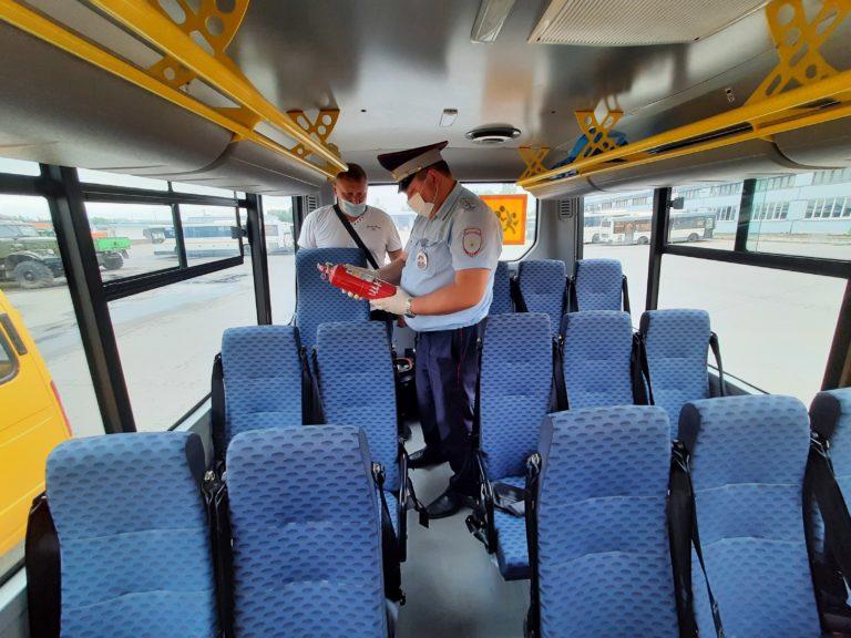Сотрудники ГИБДД проверили техсостояние школьных автобусов
