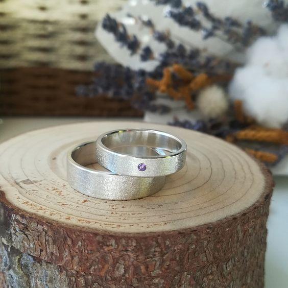 Серебряное обручальное кольцо женское: американка или европейка женственнее?